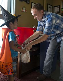 uso_hosts_halloween_party_for_children_141031-m-xx123-006