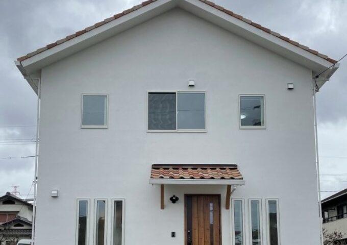 吹抜けの開放感と漆喰壁のバリエーション 充実収納を叶えた家